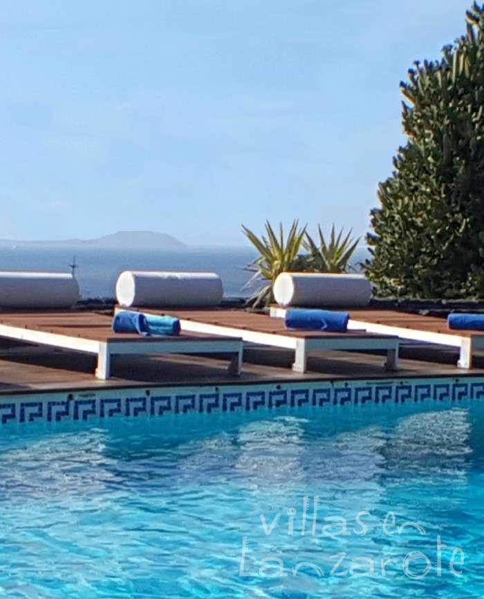 Piscina y vistas a Fuerteventura Villa Abaego Lanzarote